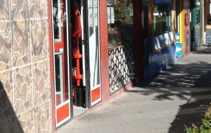 Vista exterior del local comercial en alquiler en Móstoles en la calle Río Llobregat 11. El negocio anterior fue una carnicería, como se puede ver en la imagen