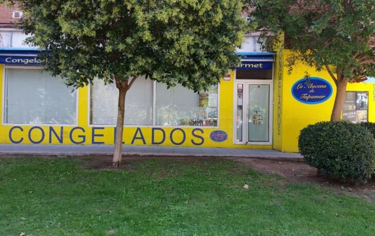 Otra vista del exterior del local comercial en alquiler en Móstoles en Plaza del Turia 1. El local está muy próximo a una zona con césped cercano a la acera.