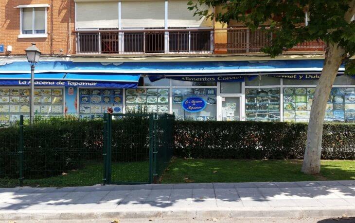 Vista exterior del local comercial en alquiler en Móstoles. en Plaza del Turia 1. El local cuenta con una gran cristalera con 5 escaparates que aportan mucha luminosidad al espacio.