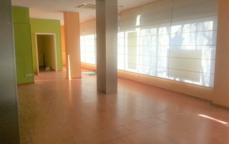 Vista del interior del local comercial en alquiler del local comercial en Móstoles. en Plaza del Turia 1. Se pueden ver los grandes ventanales que dejan pasar gran cantidad de luz