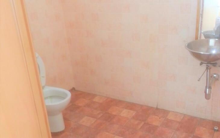 Baño del sótano del local comercial en alquiler en Móstoles, Plaza del Turia 1. El local cuenta con 2 baños, uno en la planta principal y otro en el sótano.