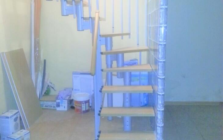 Vista de las escaleras que dan al sótano del local comercial en alquiler en Móstoles en la Plaza del Turia 1. El sótano tiene un tamaño de 40 m² y un baño.