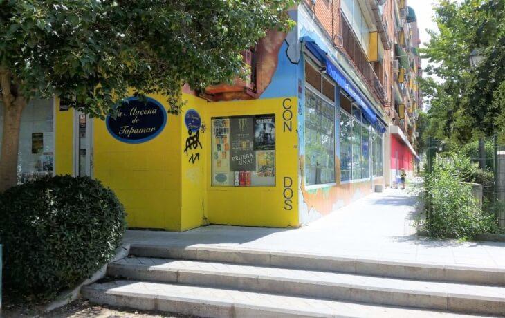 Vista del exterior del local comercial en alquiler en Móstoles. en Plaza del Turia 1. El local está situado en una zona concurrida, ya que es próximo a al Hospital Universitario de Móstoles y a 260 metros de la parada de metro Hospital de Móstoles (línea 12).