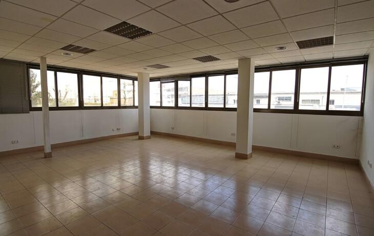 La oficina es muy luminosa, cuenta con numerosas ventanas que dan luz a toda la estancia.