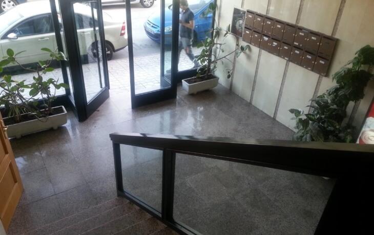 Otra vista del interior del edificio donde se encuentra la oficina en alquiler