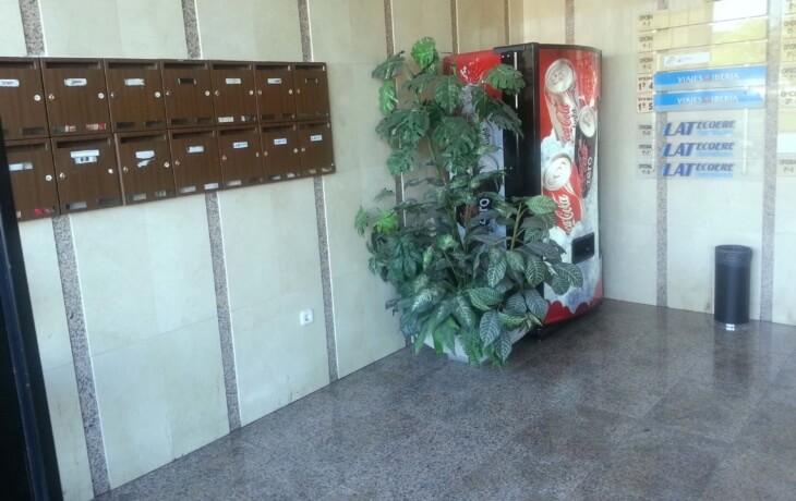 Interior de la entrada del edificio donde se encuentra la oficina en alquiler