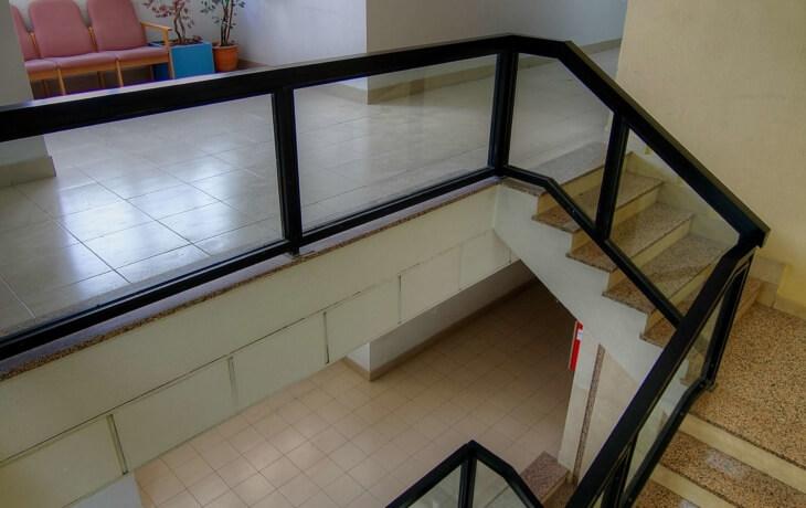 Interior del edificio, que cuenta con 2 plantas a las que se accede por escalera.