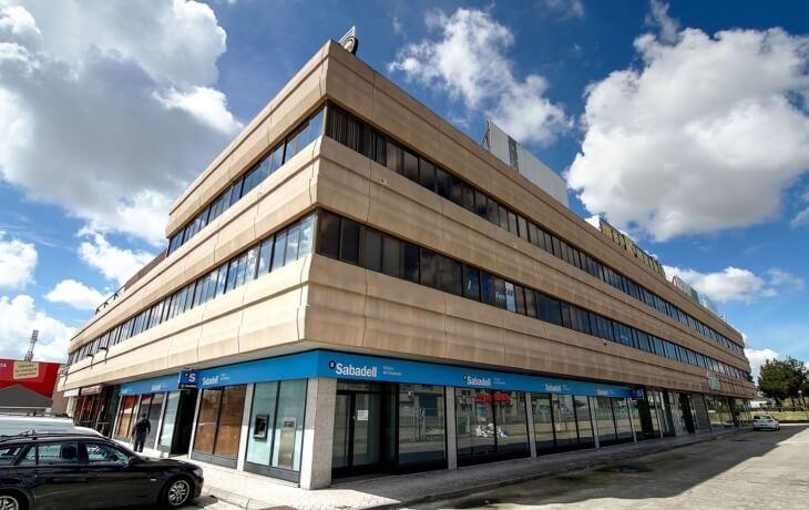 El edifico en alquiler se encuentra situado en el Polígono San Marcos, Pº John Lennon 12, Getafe