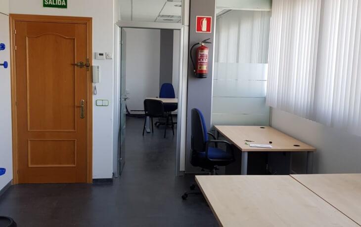 Detalle de la entrada a la oficina en alquiler
