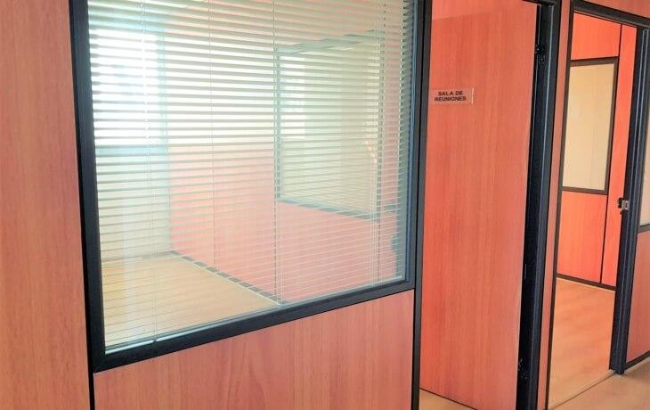 La oficina en alquiler cuenta con una sala de reuniones