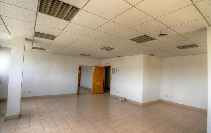 La oficina en alquiler cuenta con un ambiente diáfano, sin muebles