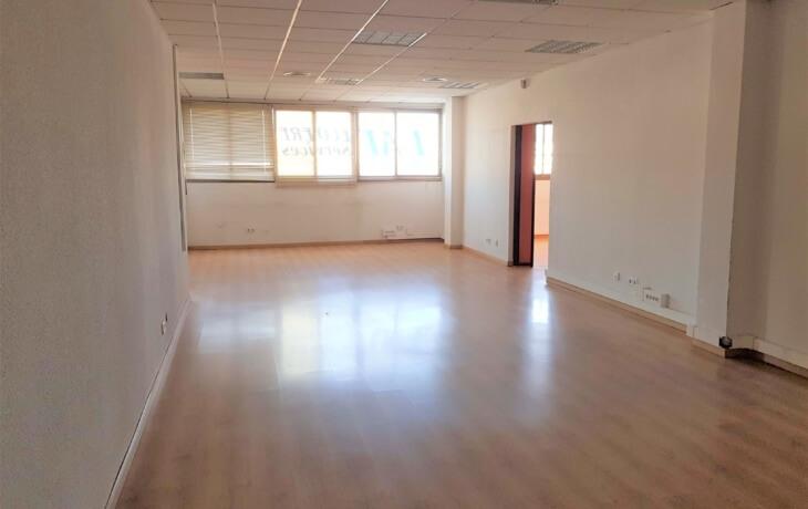 la oficina en alquiler es muy amplia, tiene 233 m2 y es un espacio diáfano.