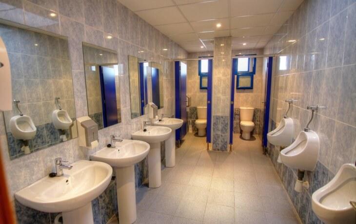 Los amplios baños del local comercial en alquiler