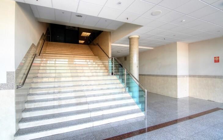 Escaleras del centro comercial donde está el local en alquiler
