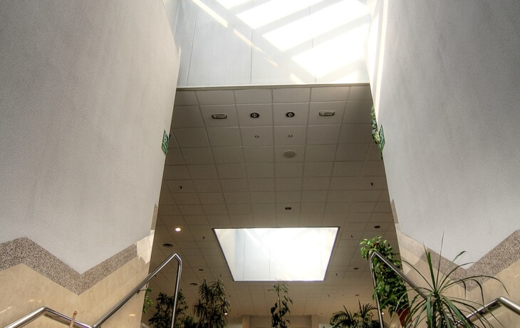 El techado del centro comercial donde se encuentra el local comercial en alquiler