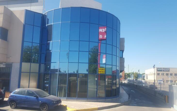 Vista del edificio donde se encuentra el local comercial en alquiler