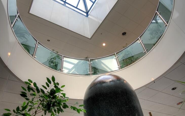 Vista del techado del centro comercial donde se encuentra el local comercial en alquiler