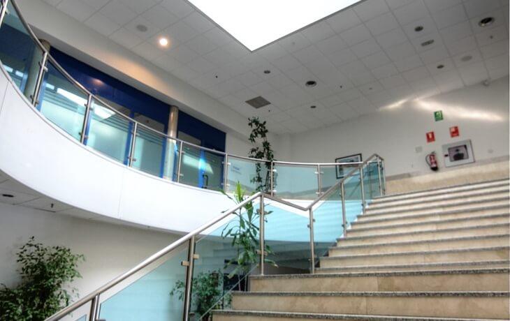 Otra vista del techado del centro comercial donde se encuentra el local comercial en alquiler