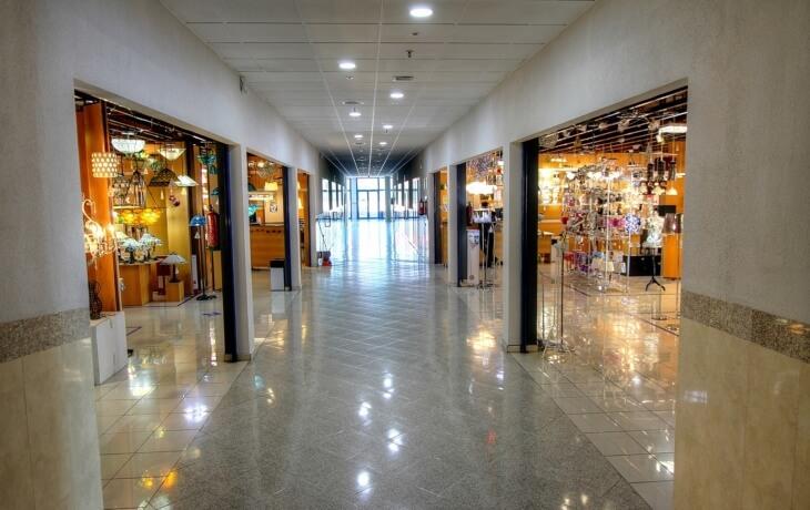 El local en alquiler se encuentra situado dentro de un centro comercial